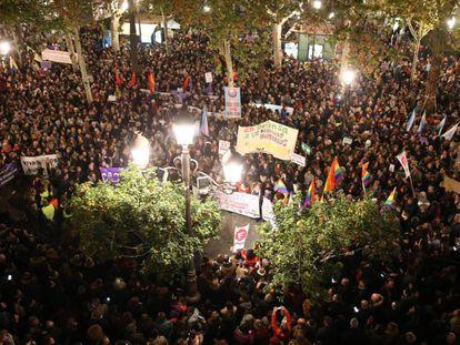 Imagen de la concentración de Sevilla, convocada por colectivos feministas en Plaza Nueva.