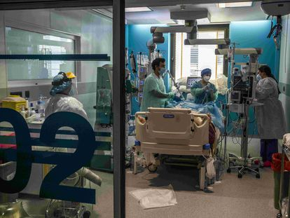 La unidad de cuidados intensivos del Hospital Universitario Ramón y Cajal de Madrid, el 5 de marzo.